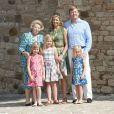 Le prince Willem-Alexander, la princesse Maxima et leurs trois filles (Catharina-Amalia, Alexia et Ariane) avec la reine Beatrix lors de leurs vacances d'été en Toscane le 4 juillet 2011.