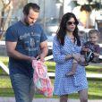 Exclusif - Selma Blair, son fils Arthur et son nouveau petit ami profitent d'une journée ensoleillée dans un parc à Los Angeles. Le 3 février 2013.