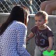 Exclusif - Selma Blair et son fils Arthur, charmant duo dans le bac à sable d'un parc à Los Angeles. Le 3 février 2013.