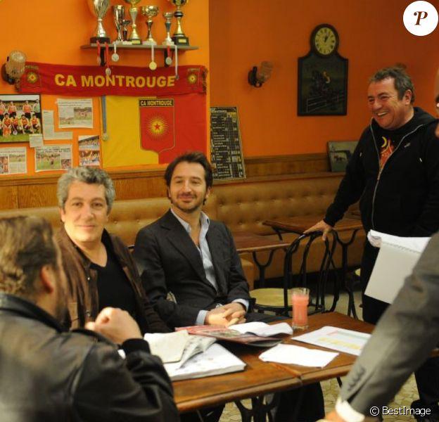 Philippe Duquesne (de dos), Alain Chabat, Edouard Baer, Lucien Jean-Baptiste, et Fabien Onteniente (le réalisateur) sur le tournage du film Turf