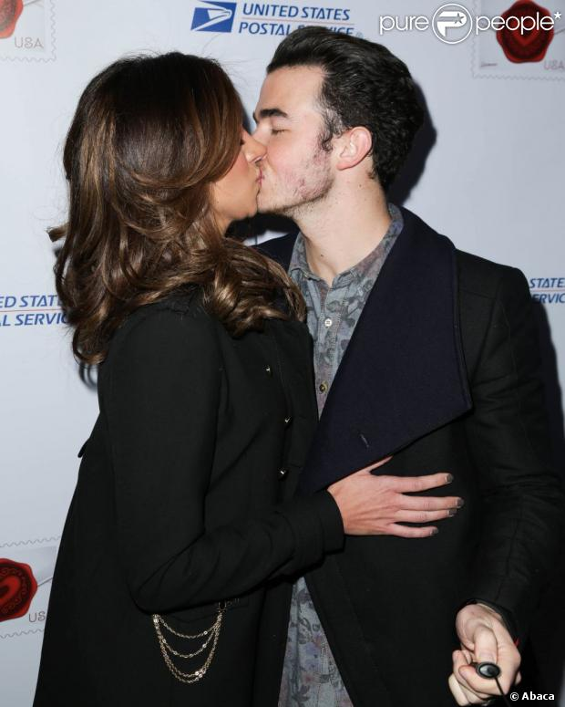 kevin jonas et sa femme danielle baiser timbr pour la saint valentin. Black Bedroom Furniture Sets. Home Design Ideas