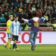 """Lionel Messi """"victime"""" d'un fan catalan lors du match amical entre la Suède et l'Argentine le 6 février 2013 à la Friends Arena de Solna (3-2 pour l'Argentine)"""
