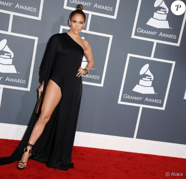 Jennifer Lopez en Anthony Vaccarello mise sur une robe fendue aux Grammy Awards 2013. Los Angeles le 10 février 2013