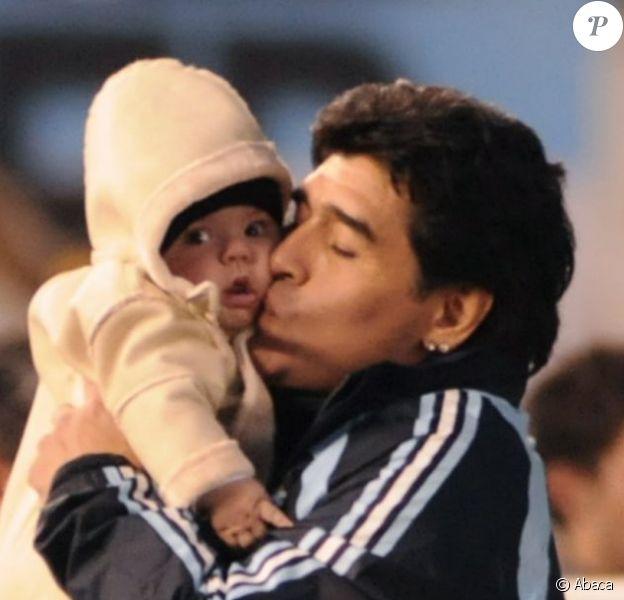 Diego Maradona avec son petit-fils Benjamin à Buenos Aires le 7 juin 2009.