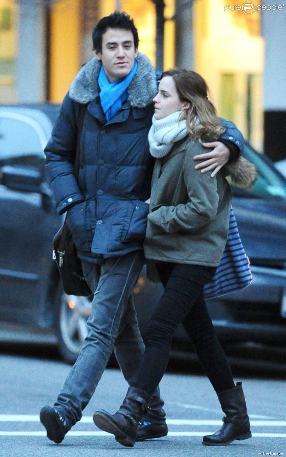 Emma Watson et son petit ami Will Adamowicz se promènent à New York, le 16 février 2013.