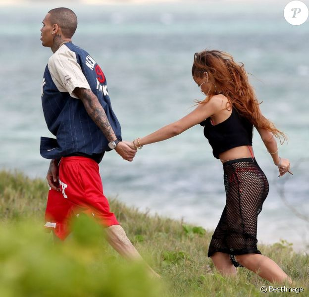 Rihanna profite d'un moment en tranquillité avec Chris Brown sur une plage à Hawaï, le jour de son anniversaire. Le 20 février 2013.