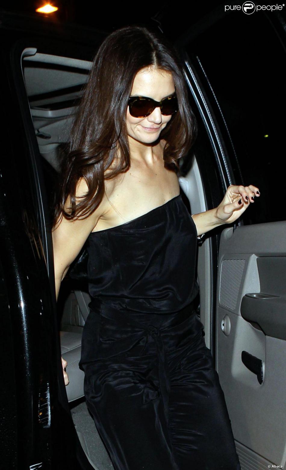 Katie Holmes retourne à l'aéroport de Los Angeles, après avoir fait la fête, le 21 février 2013. Elle repart vers New York.