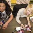 EXCLU : Zayra et Laurène souriantes en séance de dédicace au centre commercial du Millénaire, Aubervilliers, samedi 23 février 2013