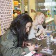 EXCLU : Zayra et Laurène signent des autographes au centre commercial du Millénaire, Aubervilliers, samedi 23 février 2013