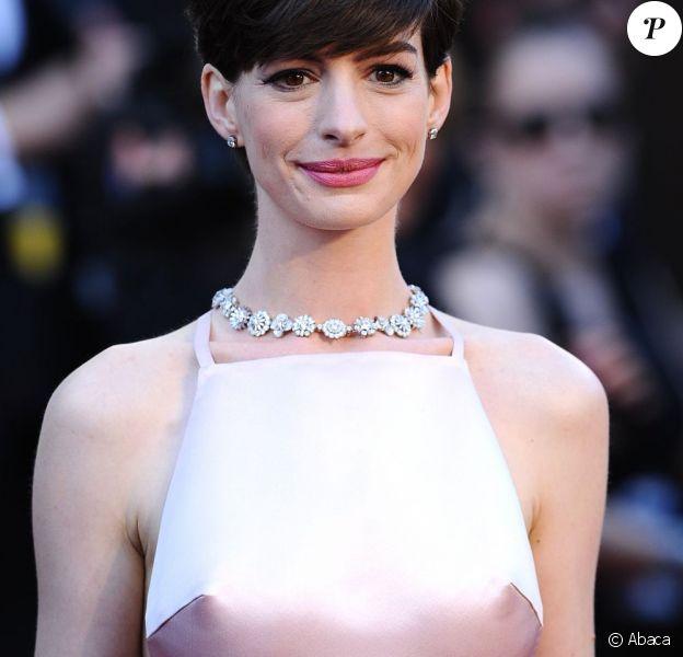 Anne Hathaway et sa poitrine ont interpellé quelques observateurs internautes lors de la 85e cérémonie des Oscars au Dolby Theatre de Los Angeles, le 24 février 2013.