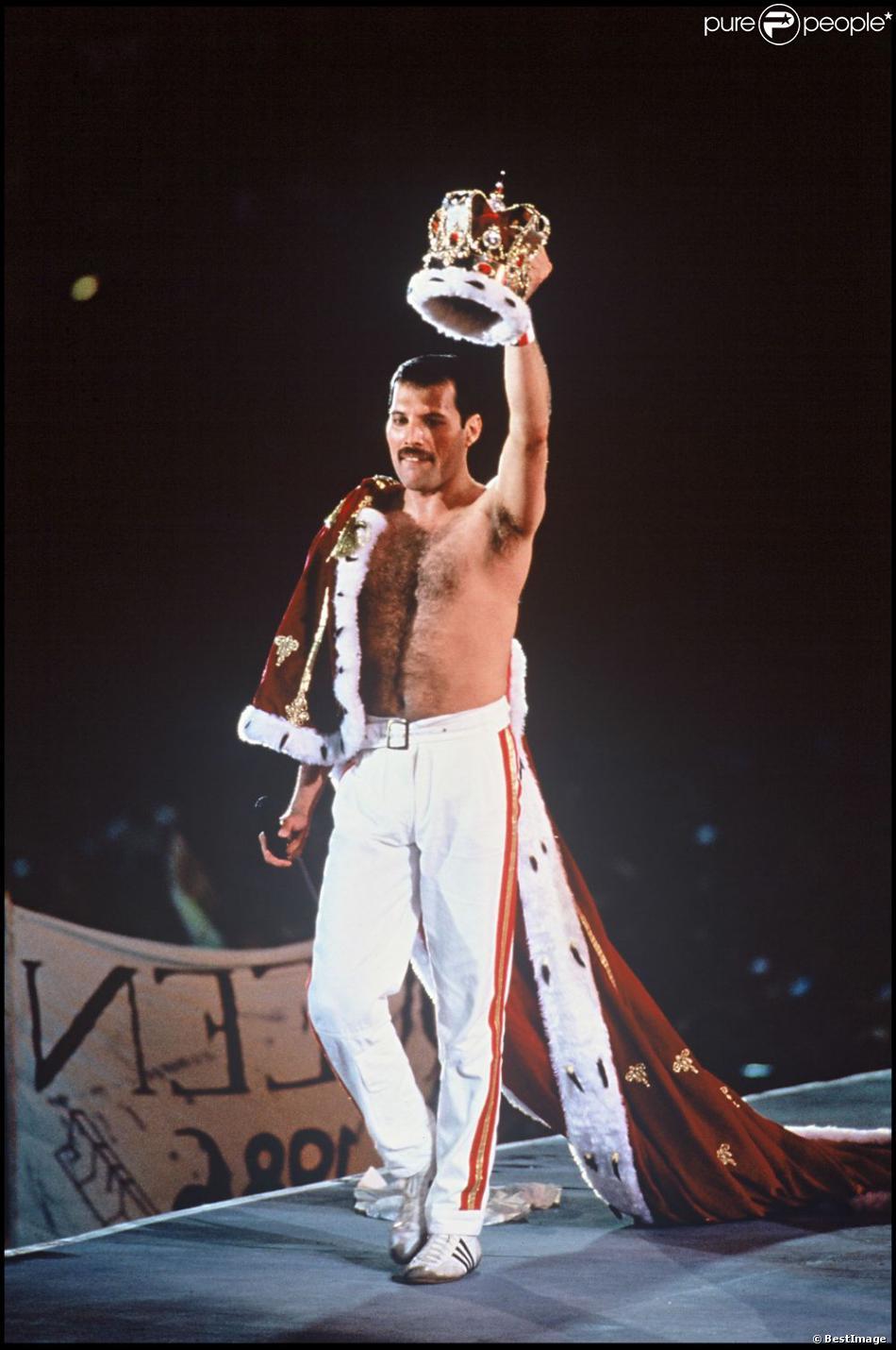 Freddie Mercury, leader du groupe Queen en concert, le 16 juillet 1986.