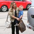 Hilary Duff, très stylée, son mari Mike Comrie et leur fils Luca vont faire du shopping à West Hollywood, le 3 mars 2013.