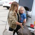 Hilary Duff, son mari Mike Comrie et leur fils Luca vont faire du shopping à West Hollywood, le 3 mars 2013. La maman est de plus en plus mince.