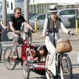 Johnny Hallyday, sa femme Laeticia, leurs filles Jade et Joy, en balade à vélo, à Santa Monica, le 16 février 2013.