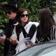 Emma Watson se balade dans Robertson St., West Hollywood, pendant le tournage de The Bling Ring, le 11 avril 2012.