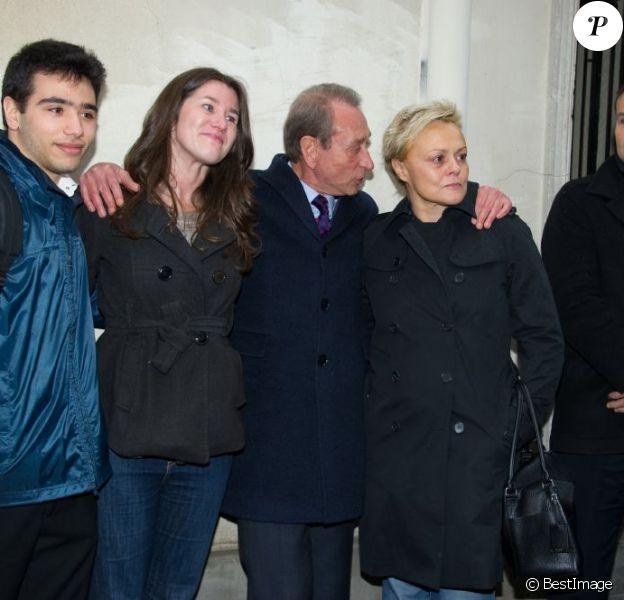 Muriel Robin, Lola Vogel et Renato, petits-enfants d'Annie Girardot, et Bertrand Delanoe, Maire de Paris, ont rendu un hommage public à Annie Girardot via l'apposition d'une plaque commémorative au 4 rue du Foin dans le 3e arrondissement de Paris, son dernier domicile. Le 8 mars 2013.