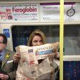 """Geri Halliwell s'éclate dans le métro, à Londres, le 13 mars 2013. Laa chanteuse semble vouloir chanter un petit air connu """"devinez, devinez, devinez qui je suis""""..."""