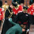 """""""Kate Middleton coince le talon de l'un de ses escarpins lors de la Saint Patrick à Aldershot, le 17 mars 2013"""""""