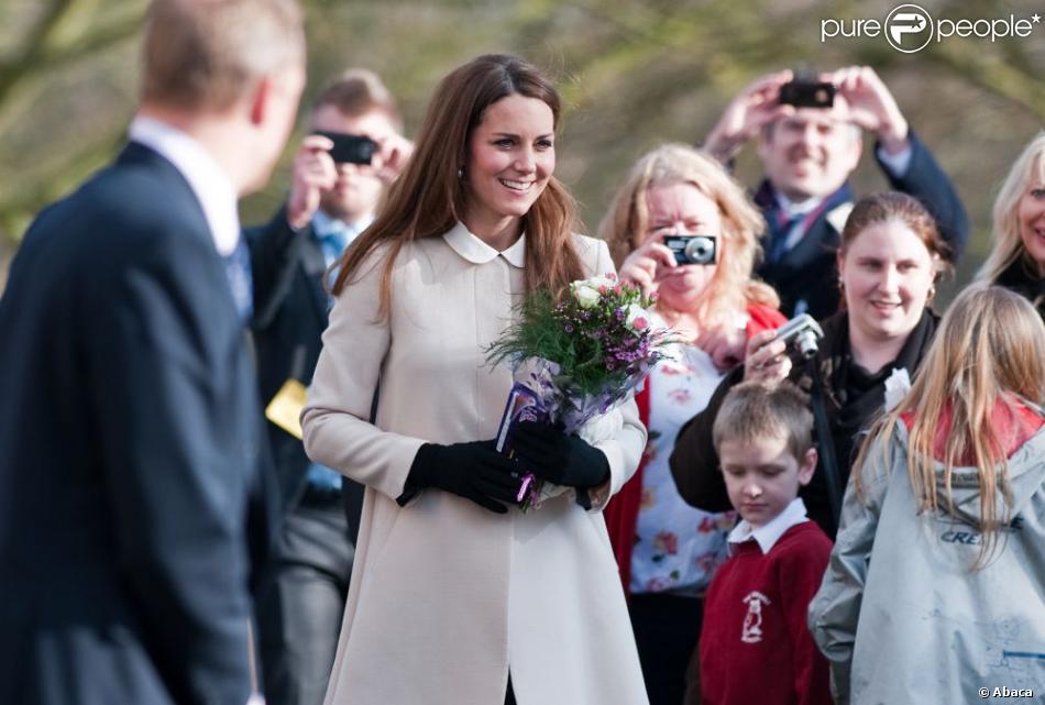 Des fleurs pour Catherine, des poignées de main froides pour William ! Kate Middleton, duchesse de Cambridge, enceinte de près de six mois, accompagnait son époux le prince William en visite sur un site de l'association Child Bereavement UK à Saunderton, dans le Buckinghamshire, le 19 mars 2013.
