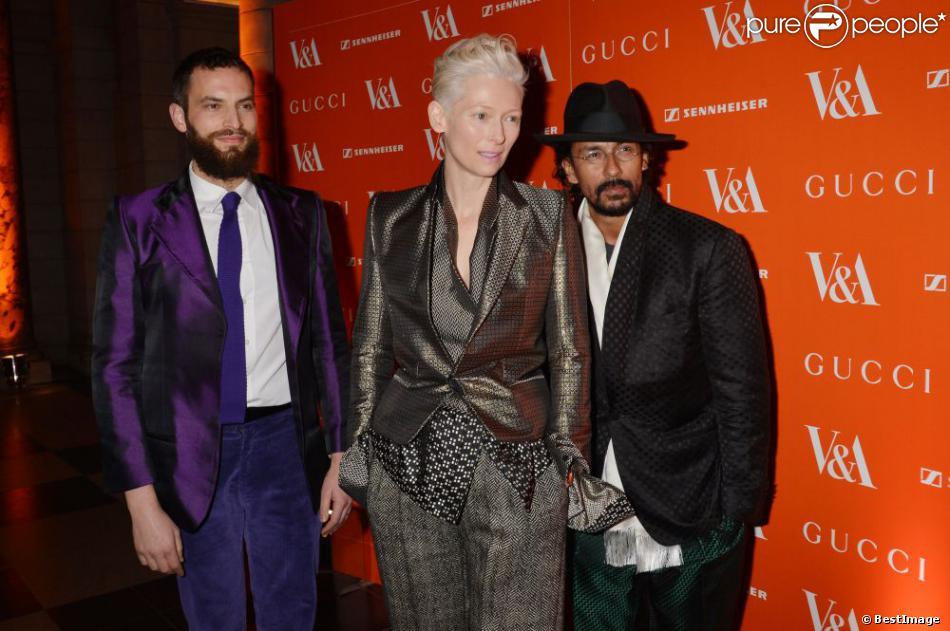 """Tilda Swinton, son compagnon Sandro Kopp et le créateur de mode Haider Ackermann - avant-première VIP de la rétrospective """"David Bowie Is"""" au Victoria and Albert Museum - à Londres le 20 mars 2013."""