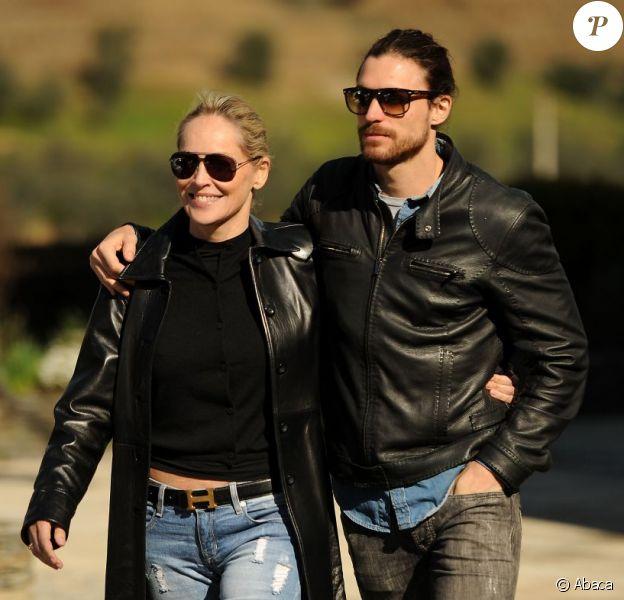 Sharon Stone, une blonde radieuse et lookée au côté de son boyfriend Martin Mica dans la vallée du Douro, Portugal, le 21 mars 2013.
