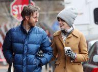 Anne Hathaway : Look 'hot' et grosses lunettes, elle rayonne au côté de son mari