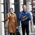 Les jeunes mariés Anne Hathaway et Adam Shulman se promènent à New York le 25 mars 2013.