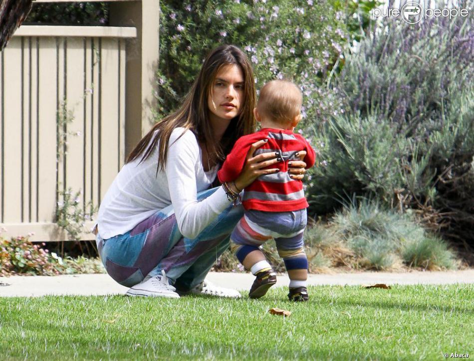 Alessandra Ambrosio joue avec son fils Noah à Los Angeles le 25 mars 2013