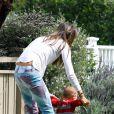 Alessandra Ambrosio joue avec son adorable fils Noah qui fait ses premiers pas à Los Angeles le 25 mars 2013