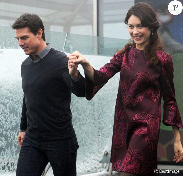 """Tom Cruise et Olga Kurylenko lors du photocall du film """"Oblivion"""" à l'hôtel Ritz Carlton à Moscou en Russie le 1er avril 2013"""