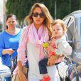 Jessica Alba fête le succès de son livre The Honest Life et emmène sa fille Haven faire du shopping chez Barneys New York à Beverly Hills le 2 avril 2013