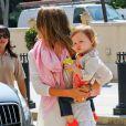 La superbe comédienne Jessica Alba emmène sa fille Haven faire du shopping chez Barneys New York à Beverly Hills le 2 avril 2013