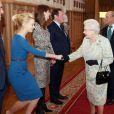 La reine Elisabeth II et Carey Mullugan  à l'occasion d'une cérémonie célébrant le cinéma britannique, au château de  Windsor  à  Londres , le 4 avril 2013.