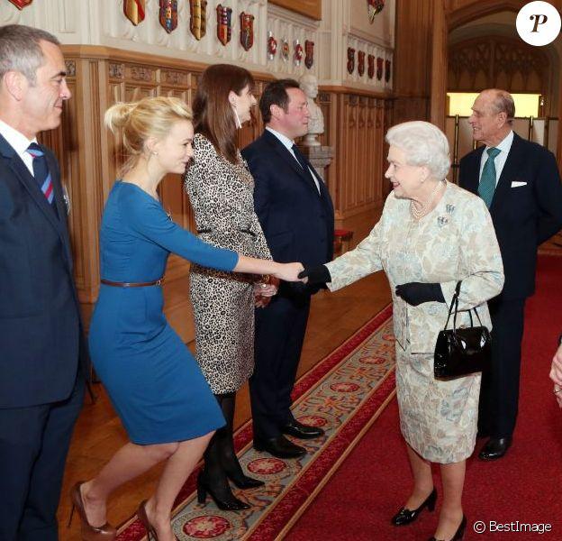 La reine Elisabeth II et Carey Mullugan à l'occasion d'une cérémonie célébrant le cinéma britannique, au château de Windsor à Londres, le 4 avril 2013.
