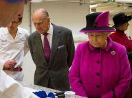 Elizabeth II et le coquin prince Philip comme des enfants entourés de chocolats