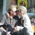 Johnny Hallyday et sa femme Laeticia, très amoureux, à Malibu en compagnie de leur fille Jade, du guitariste Yarol Poupaud, et du réalisateur Pascal Duchêne, le 7 avril 2013.