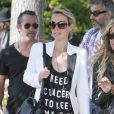 Johnny Hallyday et sa femme Laeticia se promènent à Malibu en compagnie de leur fille Jade, du guitariste Yarol Poupaud, et du réalisateur Pascal Duchêne, le 7 avril 2013.