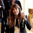 Lou Doillon recevait le 10 avril 2013 à Paris les insignes de chevalier de l'ordre des Arts et des Lettres des mains de la ministre de la Culture et de la Communication Aurélie Filippetti.