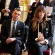 Lou Doillon, de même que l'architecte italien Giorgio Bianchi assis à côté d'elle, recevait le 10 avril 2013 à Paris les insignes de chevalier de l'ordre des Arts et des Lettres des mains de la ministre de la Culture et de la Communication Aurélie Filippetti.