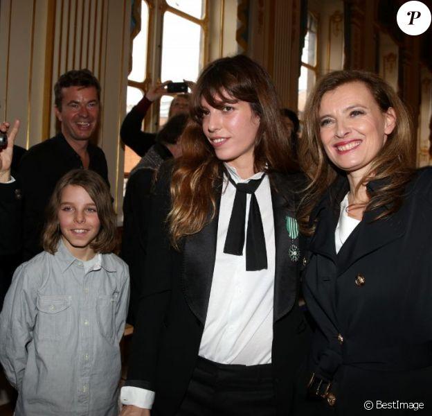 Lou Doillon, en présence de son fils Marlowe et de Valérie Trierweiler, recevait le 10 avril 2013 à Paris les insignes de chevalier de l'ordre des Arts et des Lettres des mains de la ministre de la Culture et de la Communication Aurélie Filippetti.