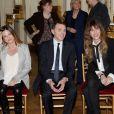 Lou Doillon se voyait remettre le 10 avril 2013 à Paris les insignes de chevalier de l'ordre des Arts et des Lettres des mains de la ministre de la Culture et de la Communication Aurélie Filippetti.