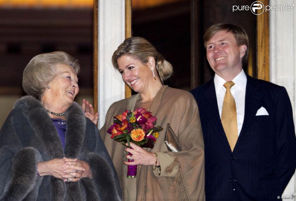 Entre l'actuelle reine et la future reine, le courant passe bien. La reine Beatrix, le prince Willem-Alexander et la princesse Maxima des Pays-Bas à Utrecht le 11 avril 2013 pour fêter les 300 ans du Traité d'Utrecht et lancer le programme de commémorations prévues par la ville jusqu'en septembre.