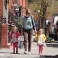 Marion et Tabitha, les filles de Sarah Jessica Parker, se promènent avec leur nounou dans les rues de New York, le 8 avril 2013.