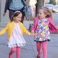 Marion et Tabitha, les filles jumelles de Sarah Jessica Parker, se promènent avec leur nounou dans les rues de New York, le 8 avril 2013.