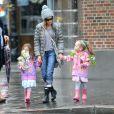 Sarah Jessica Parker va à l'école avec ses filles, sous la pluie à New York, le 12 avril 2013.