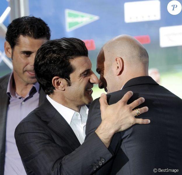 """Luis Figo et Zinédine Zidane, visiblement heureux de se retrouver lors de la présentation du match de charité """"Corazón classic match"""" à Madrid, le 18 avril 2013"""