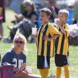 Britney Spears avec ses fils, Sean et Jayden, lors d'un match de football à Woodland Hills, le 21 avril 2013.