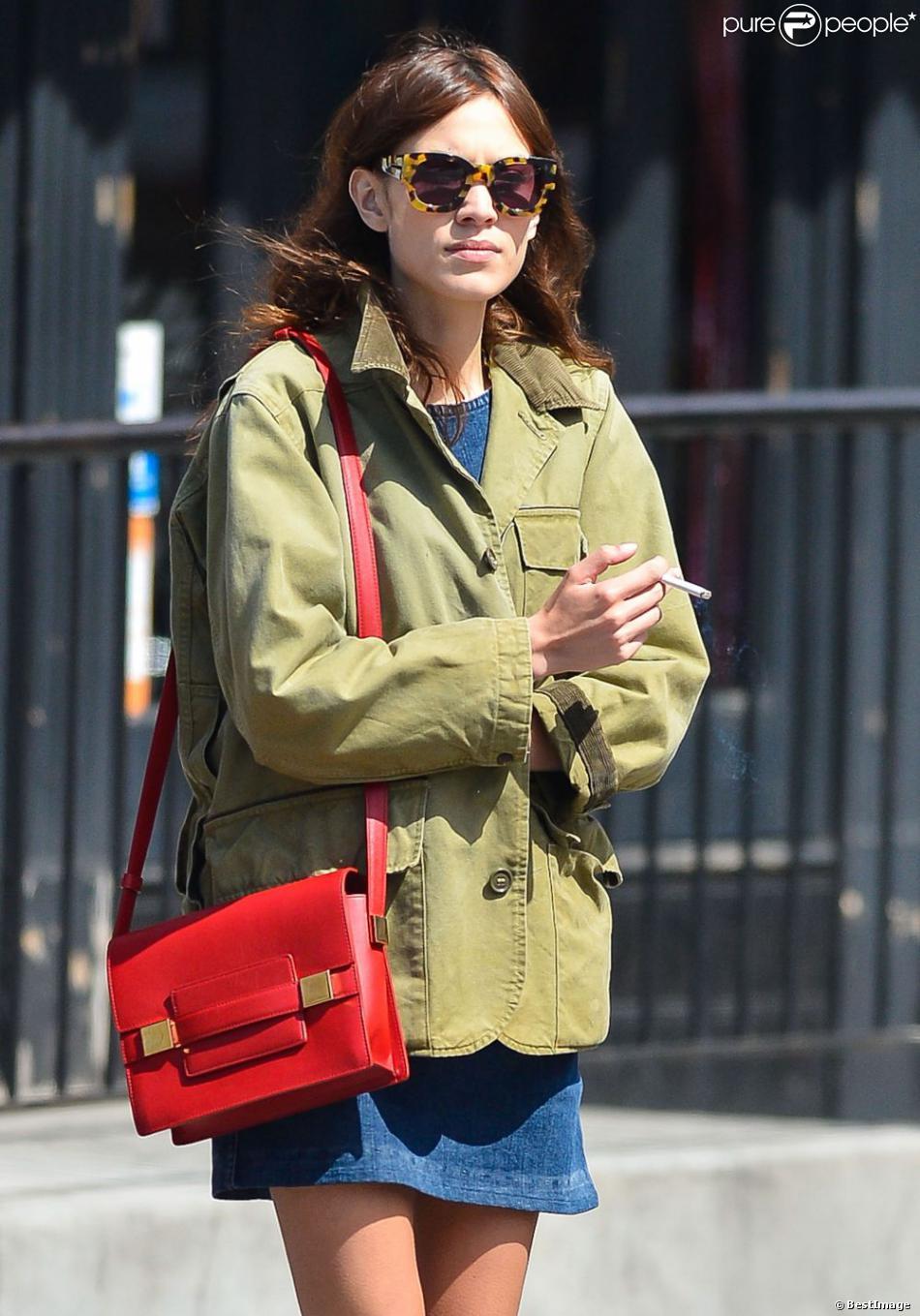 Alexa Chung se promène avec une amie à New York, le 22 avril 2013. La belle se balade dans un look preppy à tomber