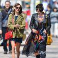 Alexa Chung se promène avec une amie à New York, le 22 avril 2013.