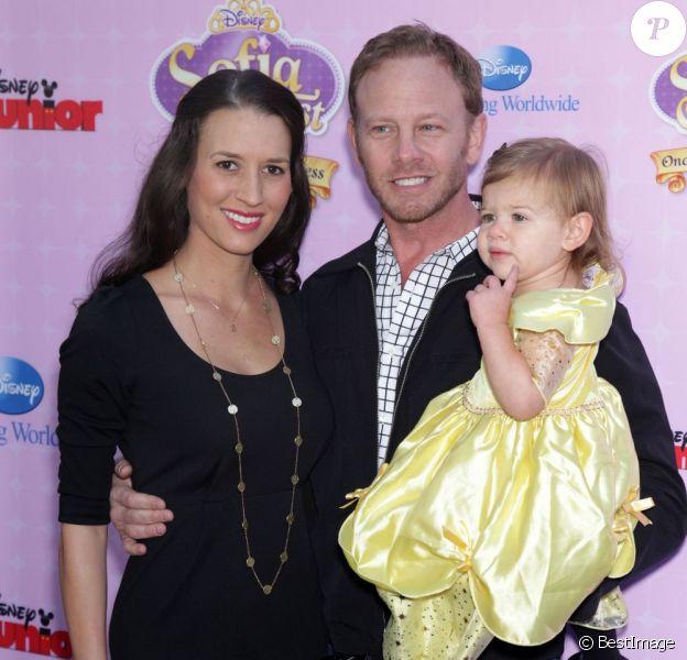Ian Ziering avec sa femme Erin et leur fille Mia aux studios de Walt Disney à Los Angeles, le 10 novembre 2012.